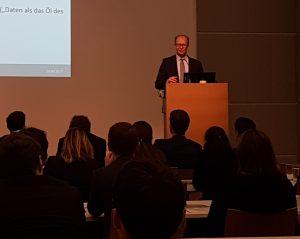 Prof. Dr. Justus Haucap erklärt den Anwesenden die Ökonomie auf digitalen Märkten.