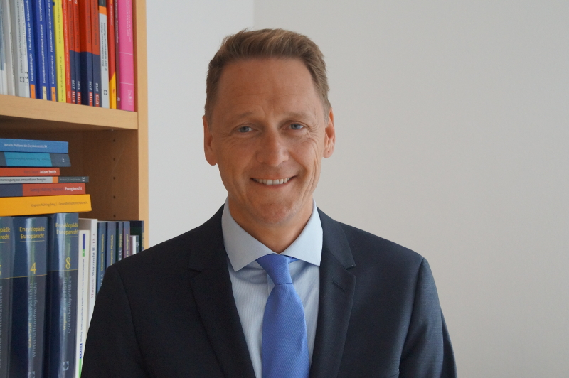 Prof. Dr. Jürgen Kühling, LL.M., holds a Chair at the University of Regensburg and is a Member of the German Monopolies Commission.