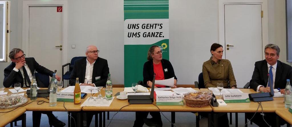 Auf Einladung der Grünen Bundestagsfraktion traf sich eine illustre Runde, um über digitales Kartellrecht zu diskutieren. Lucas Gasser berichtet auf D'Kart.